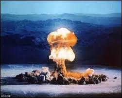 Scientifique hors pair, elle trifouilla l'atome Obtint des prix Nobel en chimie et physique À force de travail, découvrit le radium Qui fait planer sur nous, la menace atomique