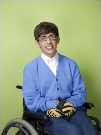 Quel est le nom de ce garçon handicapé, guitariste et membre du Glee club ?