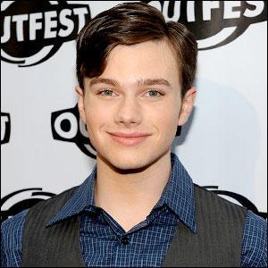 Avec qui flirte Kurt afin de savoir si il est vraiment gay ?