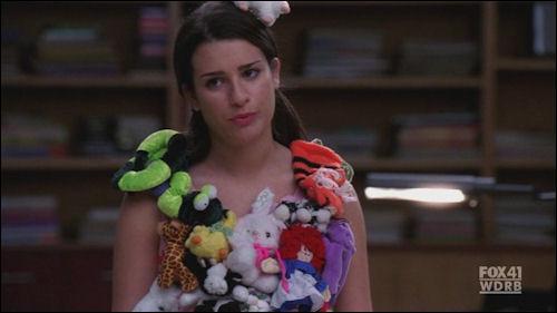 Qui aide Rachel pour son costume dans l'épisode dédié à Lady Gaga ?