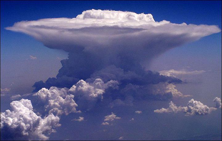 Je suis : Nuage à fort développement vertical, issu d'un cumulus (nuage de basse altitude - inférieure à 2000 m - de beau temps) dans lequel de forts courants verticaux provoquent d'importantes turbulences .
