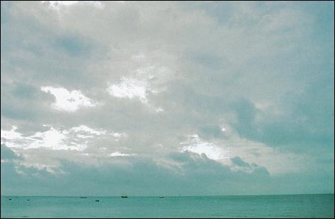Je suis : Nappe ou couche nuageuse grisâtre ou bleuâtre, d'aspect strié, fibreux ou en uniforme couvrant partiellement le ciel et présentant des parties minces qui laissent passer le soleil