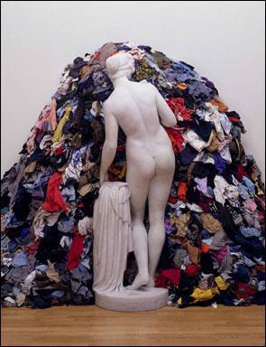 Qui a réalisé cette installation dite 'Vénus aux chiffons' ?