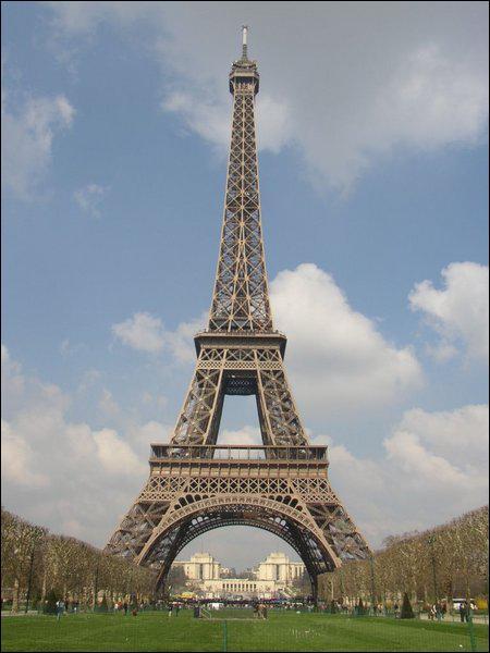 Tout d'abord nous allons visiter la tour Eiffel à Paris en...