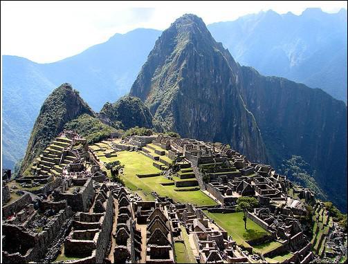 Puis nous descendons en Amérique du Sud, nous allons dans la montagne en marchant pendant des heures pour visiter la cité perdue des Incas.