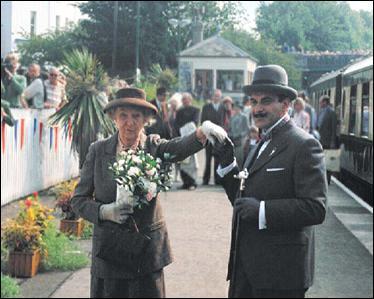 Et pour finir, un hommage aux acteurs qui ont longtemps incarné Poirot et Marple pour la télévision : qui sont ces comédiens ?