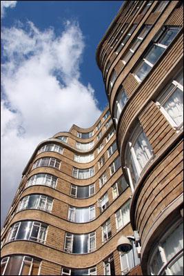 Je vis à Sandhurst Square, à Londres.