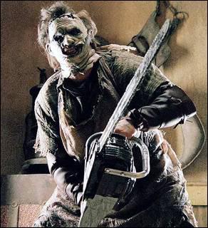 Quel est le surnom de ce serial killer portant un masque en peau humaine, qui aime massacrer à la tronçonneuse ?