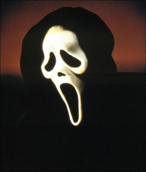 Quel est le titre de ce film où un psychopathe masqué terrorise une bande d'adolescents ?