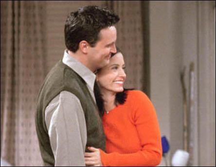 Le premier baiser de Monica était avec qui ?