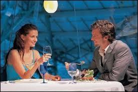 Madame, monsieur, vous entrez au restaurant la première ou le premier. Votre compagnon ou compagne effleure vos muscles glutéaux. Est-ce correct ?