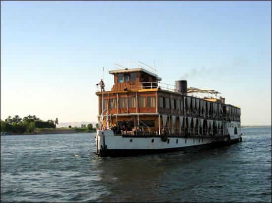 Ce doit être inoubliable d'assister à un coucher de soleil depuis un bateau à aubes qui glisse lentement sur ce fleuve merveilleux. Comme dans ce roman ''Mort sur le Nil'' ...