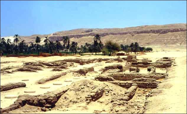 À Tell el-Amarna, Akhénaton et Néfertiti établirent une ville en plein désert et essayèrent d'instaurer une religion monothéiste. Ceci m'amène au fils ! Quel serait son nom ?