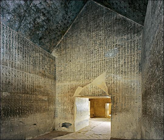 Saqqarah est une immense nécropole de 7 à 8 km de long et de 800 à 1 800 m de large. Ce site est célèbre pour la construction que l'architecte Imhotep créa pour le pharaon Djoser...