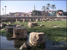 Saqqarah se trouve au sud du Caire près de la ville antique de Memphis. Une ville moderne porte le même nom mais elle se trouve aux USA...