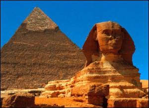 La descente du fleuve est presque terminée ! Nous arrivons près de Gizeh où se trouve le site le plus célèbre d'Égypte avec son Sphinx et les pyramides de Khéops, Képhren et...