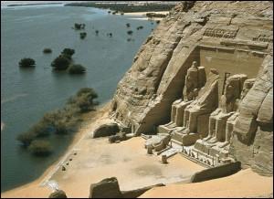 Le monument célèbre le plus au sud de l'Égypte est le temple d'Abou Simbel. Ses quatre colossales statues de 20 mètres de haut surveillent les frontières nubiennes. Cette œuvre fut construite pour...