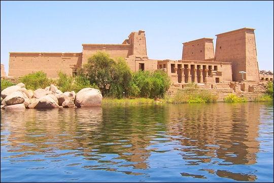 Construite au sud du premier barrage d'Assouan, la merveilleuse île de Philae (la perle de l'Égypte) était inondée. De 1972 à 1980, on a déplacé les temples dont le principal dédié à...