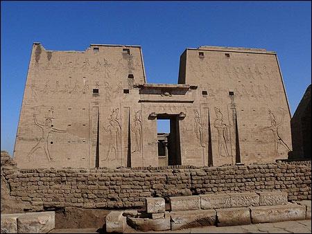 Au sud d'Assouan, accostons à Edfou pour une petite pause qui nous laissera admirer un grand temple parfaitement conservé. Il était construit en l'honneur de...