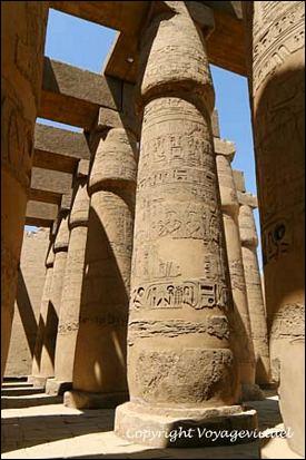 Karnak est célèbre pour la salle hypostyle et ses 134 colonnes de 25 m de haut. On peut la voir dans quel James Bond ?