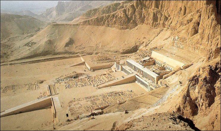 Traversons le fleuve pour être éblouis sur la rive gauche par la nécropole de Thèbes et le merveilleux temple funéraire d'Hatchepsout à Deir el-Bahari. Quelle était sa particularité ?
