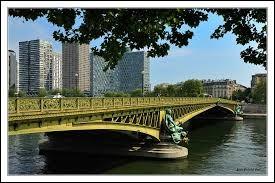 Passent les jours et passent les semaines Ni temps passé Ni les amours reviennentSous le pont Mirabeau coule la Seine Vienne la nuit, sonne l'heure Les jours s'en vont, je demeure