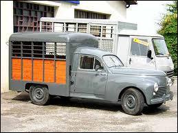 Cette camionnette carrossée en bétaillère , est un modèle :