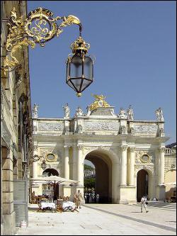 Cet arc de triomphe se trouve dans une grande ville de Meurthe-et-Moselle. Cette ville est la préfecture de ce département. Quelle est cette ville ?