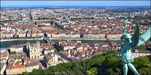 A quelle ville française vous font penser Guignol, le saucisson et l'andouillette ?