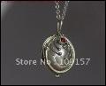 Qui a t-il dans ce beau collier que donne Stefan à Elena ?