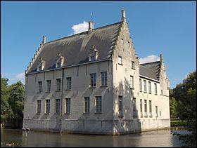 Ce château se nomme 'Château de Cortewalle'. Ce château est un château de :