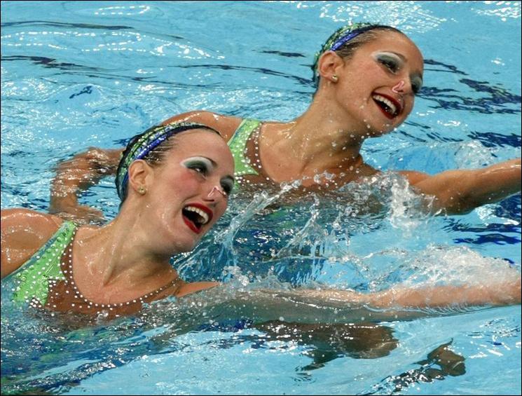 Sophie et moi, ____ nageons très bien.