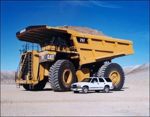 En venant à l'école, j'ai vu un énorme camion.