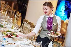 À table, l´hôtesse vous propose de vous resservir. Qu'est-il convenable de faire ?