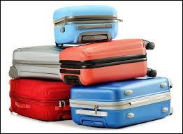 Qui doit se charger des bagages lourds lors d'un départ en voyage ?