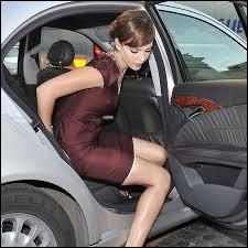 Si à la fin de la soirée, vous raccompagnez une dame devant chez elle (et que vous n'avez pas de chauffeur évidemment... MDR... Mais je m'égare ! ), il est recommandé de...