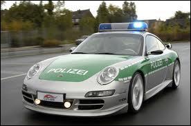 Cette Porsche 911 est utilisée par la police...