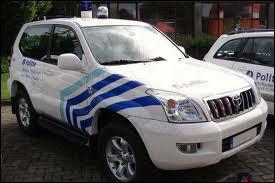 Une Toyota land Cruiser de la police...