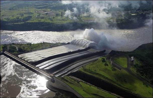 Le barrage des Trois Gorges se trouve sur le Fleuve Bleu, c'est-à-dire... ?