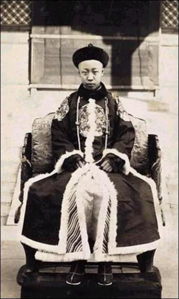 Quel membre de la dynastie Qing est le dernier empereur chinois (de 1908 à 1912, puis de 1932 à 1945) ?