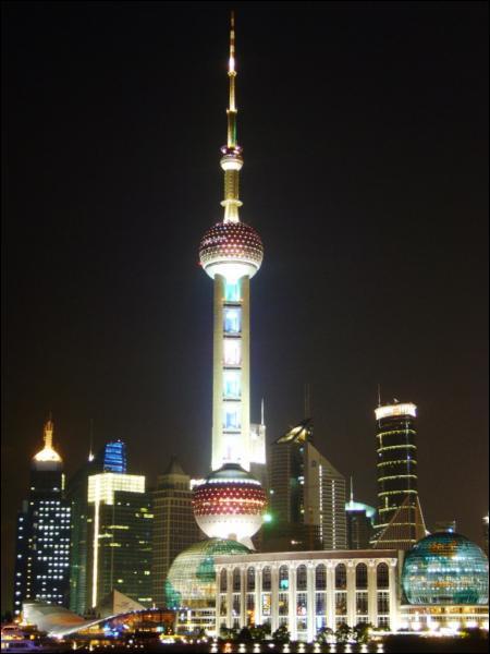 Le nouveau district de Shanghaï, construit sur une ancienne zone marécageuse, est appelée le 'Manhattan chinois' : quel est ce district ?