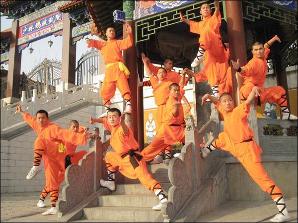 Comment s'appelle le temple où les moines pratiquent des arts martiaux à haut niveau ?