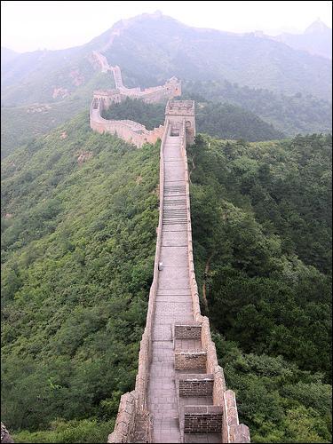 La Grande Muraille de Chine a été construite en plusieurs étapes entre le IIIème et le XVIIème siècle. Mais quelles sont sa longueur et sa localisation ?