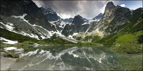 Comment s'appelle l'ensemble montagneux d'Europe centrale semblable aux Alpes ?