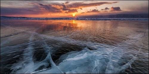 Comment s'appelle le lac en Russie, situé dans le sud de la Sibérie ?