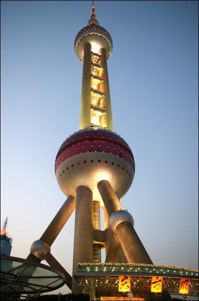 Qu'abrite la Pearl Tower, haute de 460m et située dans le nouveau quartier d'affaires de Shanghaï ?