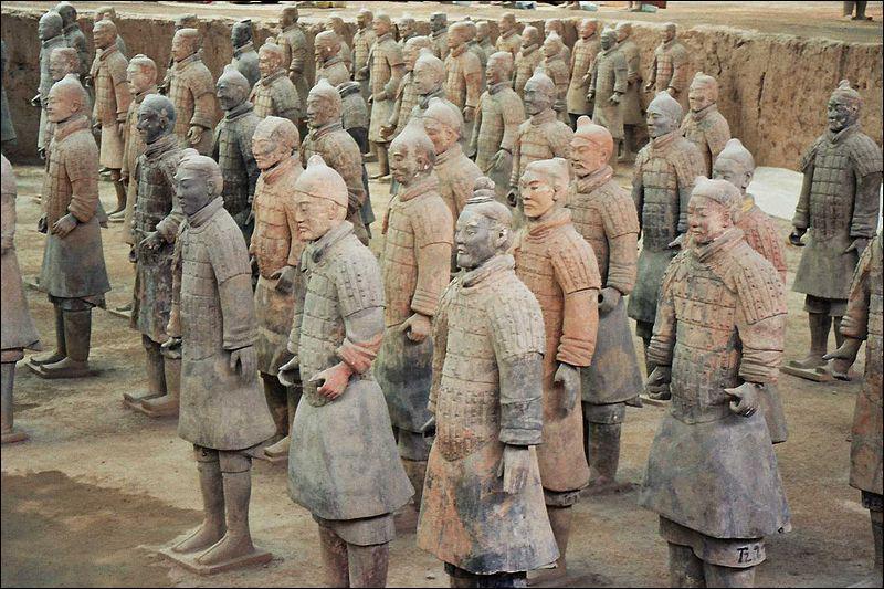 Où trouve-t-on l'armée en terre cuite ornant le mausolée de ce même empereur ?