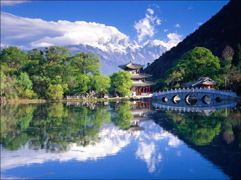 Le Lac du Dragon noir se trouve dans la province du Yunnan. Où est située cette province et quelle est sa particularité ?