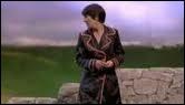 Comment apparaît-elle dans la première scène de 'L'abribus' ?