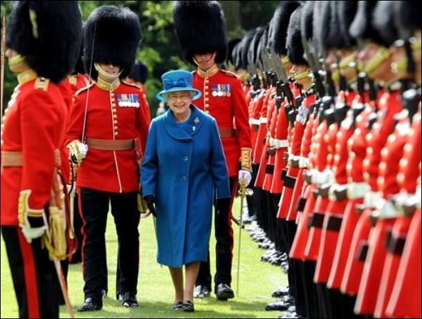 Les gardes de Buckingham Palace sont des soldats de parade mais aussi des... ?